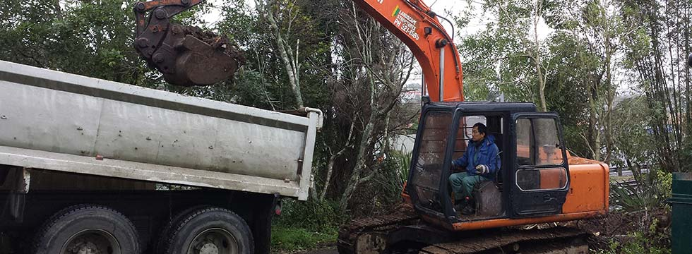 Earthmoving-contractors-loading-truck-in-central-Auckland
